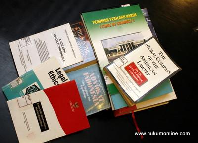 Etika Profesi Hukum dalam Literatur