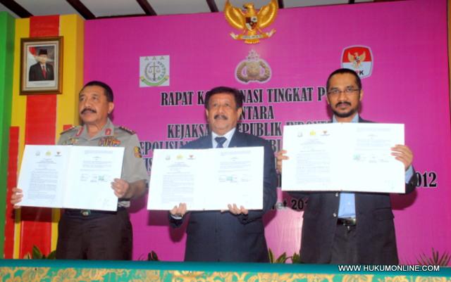 Tiga pimpinan penegak hukum perlihatkan salinan naskah MoU