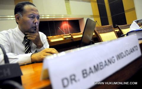 Tujuh Anggota DPRD Riau Menjadi Tersangka