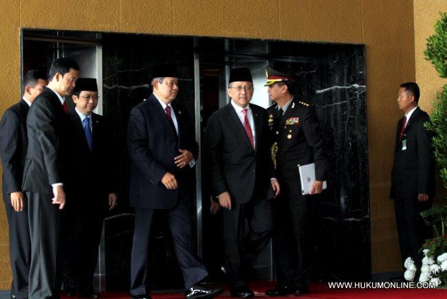 Presiden SBY disambut oleh ketua DPD sebelum pidato kenegaraan di gedung MPR-DPR