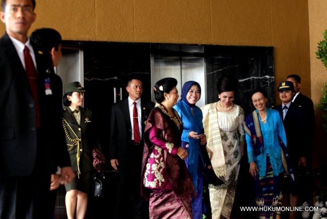Ibu negara Ani Yudhoyono bersama dengan istri ketua DPR serta Ibu Wakil Presiden tiba di gedung MPR-DPR