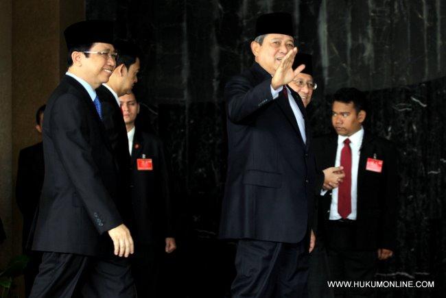 Presiden SBY berikan sambutan kepada pers sebelum masuk ke dalam ruang paripurna MPR-DPR