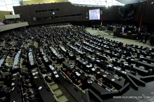 Para anggota Dewan berikan sambutan kepada Presiden SBY usai menyampaikan pidato kenegaraan