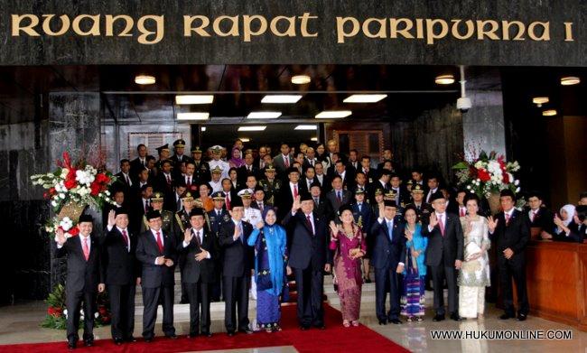 Presiden SBY beserta Ibu Ani Yudhoyono dan Wapres beserta Istri dan para pejabat lainnya lambaikan tangan