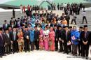 Anggota Dewan berfoto bersama dekat kubah gedung MPR-DPR usai pidato kenegaraan Presiden SBY