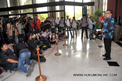 Puluhan Advokat Siap Bela Deny Indrayana