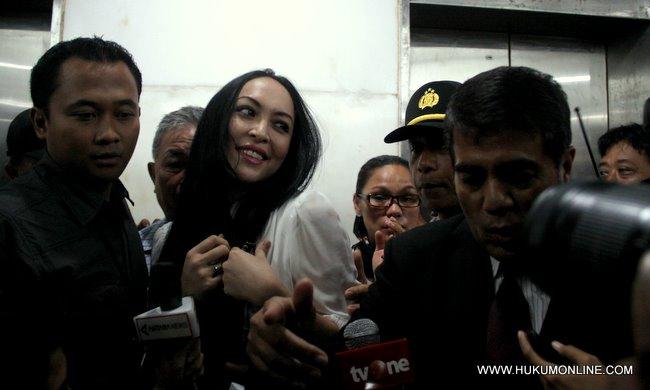 Angelina Sondakh dikawal masuk ke ruang sidang pengadilan Tipikor saat akan mengikuti sidang dengan agenda vonis, kamis (10/13).