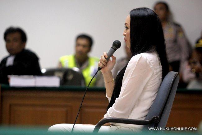 Angelina Sondakh dijatuhi vonis 4 tahun 6 bulan dan denda Rp 250 juta dalam sidang di Pengadiilan Tipikor, Jakarta, Kamis (10/13).