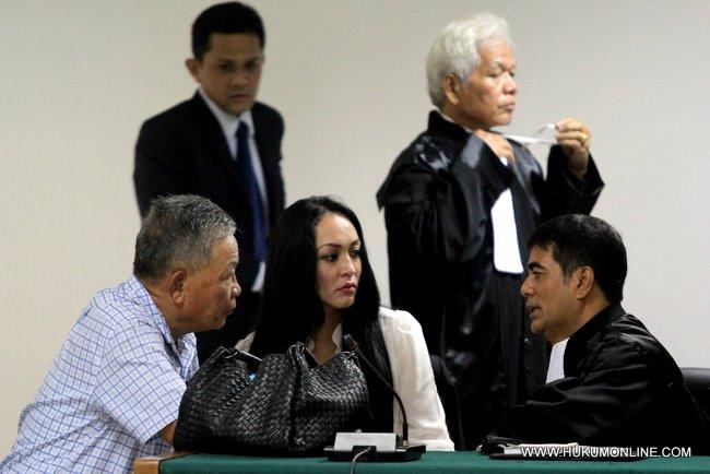 Angelina Sondakh bersama penasehat hukumnya T Nasrullah dan ayahnya Luky Sondakh berembuk usai pembacaan vonis, kamis (10/13)