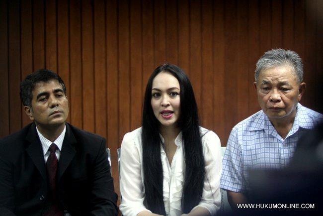 Usai pembacaan vonis Angelina Sondakh bersama penasehat hukumnya T Nasrullah dan ayahnya Luky Sondakh gelar konferensi pers di pengadilan Tipikor Jakarta, kamis (10/13).