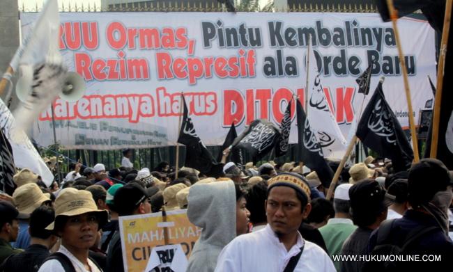 Massa Hizbut Tahrir Indonesia (HTI) saat melakukan aksi demonstrasi di depan Gedung DPR, Maret 2013 lalu. Mereka pernah menolak RUU Ormas karena dianggap bisa mengembalikan rezim represif seperti di zaman Orde Baru.