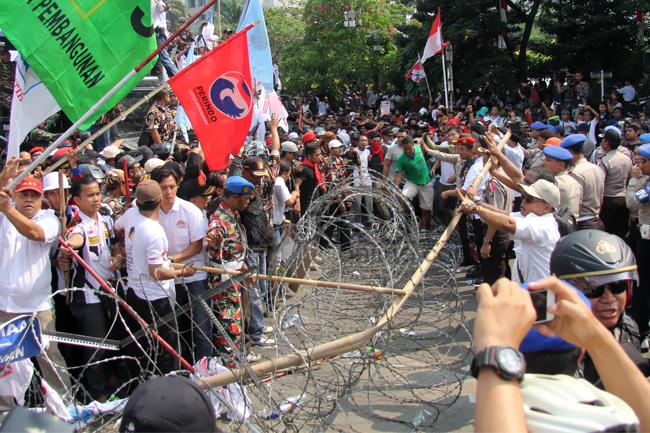 Pendukung Prabowo-Hatta Bentrok dengan Polisi