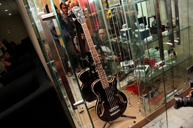 KPK Pajang Gitar Pemberian Metallica untuk Jokowi