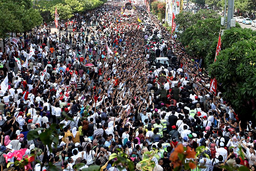 Usai Pelantikan, Jokowi-JK Diarak Massa