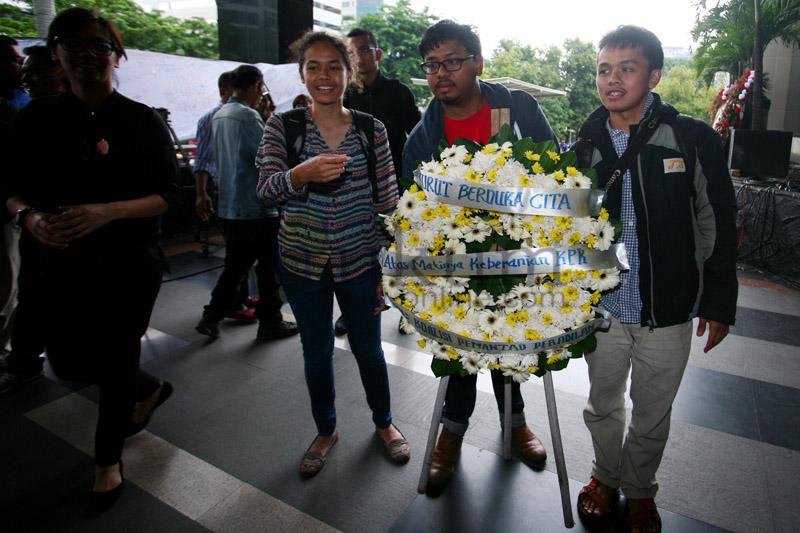 Koalisi LSM Beri Karangan Bunga Duka Cita untuk KPK