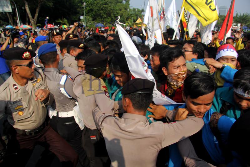 Aksi Mahasiswa di Depan Istana Negara Ricuh