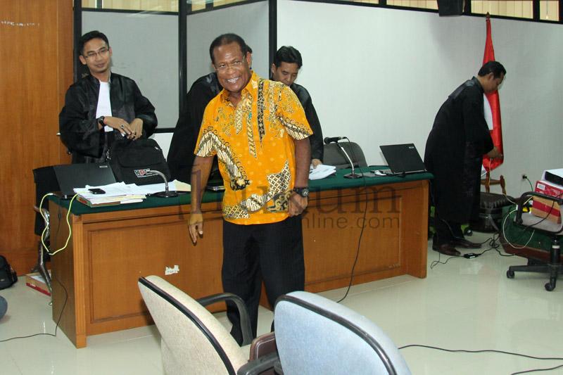 Eks Gubernur Papua Barnabas Suebu Jalani Sidang Perdana