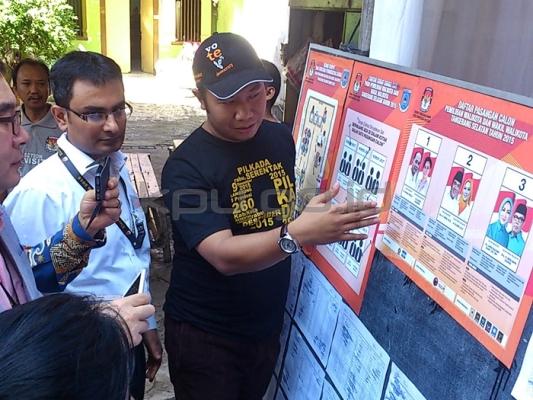 Anggota KPU, Sigit Pamungkas saat meninjau pelaksanaan Pilkada Serentak. Foto: KPU