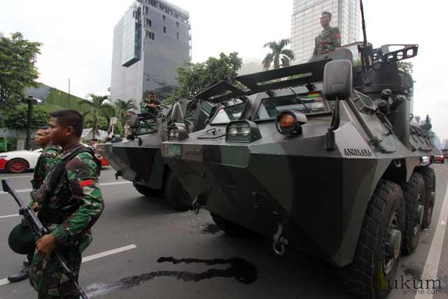 Aparat TNI saat ikut turun tangan menangani teror ledakan di kawasan Sarinah, Thamrin, Jakarta. Foto: RES