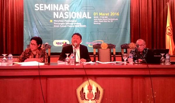 Guru Besar Hukum Pidana Syaiful Bakhri (tengah) dan Guru Besar Universitas Diponegoro Barda Nawawi Arief (kanan) dalam seminar yang digelar MAHUPIKI – FH Universitas Padjajaran di Bandung. Foto: NNP
