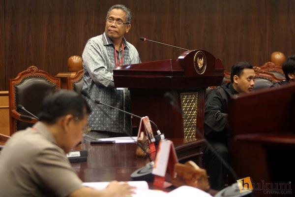 Luhut MP Pangaribuan ketika memberikan keterangan di sidang MK, Selasa (29/3). Foto: RES