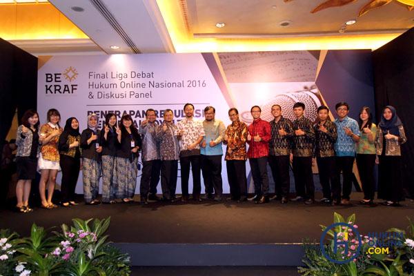 Keempat tim FH UIB, FH UNHAS, FH UI dan FH UNPAD berfoto bersama jajaran pimpinan Hukumonline.