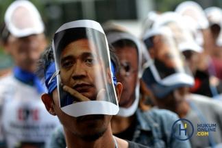 Massa Bertopeng Politikus Demokrat Sambangi KPK