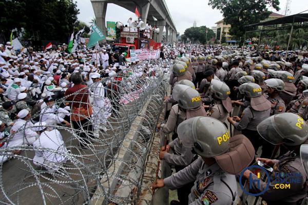 Ratusan anggota FPI saat berunjuk rasa di depan Gedung Mabes Polri, Jakarta, beberapa waktu lalu. Foto: RES