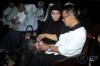 Direktur Utama PT Merial Esa Fahmi Darmawansyah bersama Istrinya Inneke Koesherawati menunggu di ruang tunggu sebelum sidang dakwaan di Pengadilan Tipikor, Jakarta, Senin (13/3).