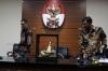 Juru bicara KPK Febri Diansyah (kanan) bersama Direktur Gratifikasi KPK Giri Suprapdiono (kiri) memberi keterangan pers mengenai sejumlah barang pemberian Raja Arab Saudi Salman bin Abdulaziz Al Saud, di gedung KPK, Jakarta, Kamis (16/3).