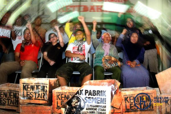 Aksi tolak semen Kendeng sementara dihentikan karena ada salah satu peserta aksi, Patmi (48) meninggal dunia.