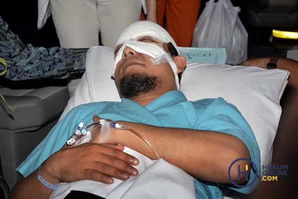 Penyidik KPK Novel Baswedan saat menjalani perawatan di RS Jakarta Eye Center, Jakarta, Selasa (11/4/2017). Foto: RES