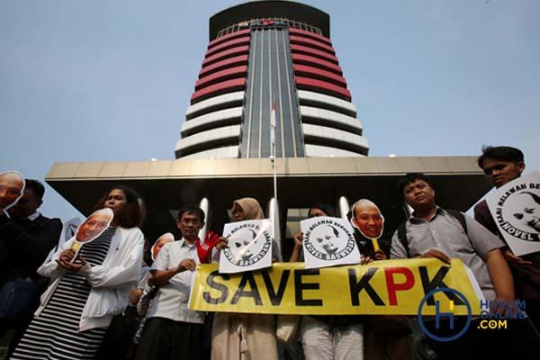 Para aktivis memberi dukungan kepada KPK dan meminta Presiden Jokowi turun tangan langsung dengan cara membentuk tim independen untuk mengusut kasus penyiraman air keras terhadap penyidik senior KPK Novel Baswedan. Foto: RES