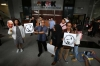 Aksi koalisi masyarakat sipil anti korupsi memberikan dukungan untuk penyidik KPK Novel Baswedan serta KPK secara lembaga di Jakarta, Selasa (11/4).