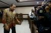 Kepala Balai Pelaksana Jalan Nasional (BPJN) IX Maluku dan Maluku Utara Amran Hi Mustary berjalan usai menjalani sidang vonis di Pengadilan Tipikor, Jakarta, Rabu (12/4).