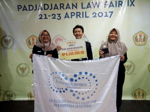 UIN Jakarta dan STHI Jentera Juarai Lomba Debat Padjadjaran Law Fair