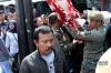 Petugas Satpol PP menertibkan lapak pedagang kaki lima (PKL) di kawasan Pasar Tanah Abang, Jakarta, Kamis (18/5).