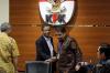 Mantan Ketua Mahkamah Konstitusi (MK) Prof. Mahfud MD bersama dengan anggota Asosiasi Pengajar Hukum Tata Negara-Hukum Administrasi Negara (APHTN-HAN) dan Pusat Studi Konstitusi (PUSaKO) Yuliandri serta Pimpinan KPK Agus Raharjo dan Laode M Syarif saat menerima hasil kajian 110 pakar hukum tata negara terkait pembentukan Panitia Khusus (Pansus) Hak Angket Komisi Pemberantasan Korupsi di Jakarta, Rabu (14/6).