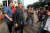 Mantan Menteri Dalam Negeri Gamawan Fauzi (tengah) menyampaikan keterangan kepada awak media seusai menjalani pemeriksaan terkait kasus korupsi KTP Elektronik, di gedung KPK, Jakarta, Kamis (15/6).