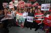 Massa yang tergabung dalam Gerakan Indonesia Waras membentangkan spanduk dan poster saat melakukan aksi di pelataran gedung Komisi Pemberantasan Korupsi (KPK) di Jakarta, Kamis (15/6).