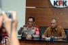 Kapolri Tito Karnavian dan Ketua KPK Agus Rahardjo menyampaikan konferensi pers di gedung KPK, di Jakarta, Senin (19/6).