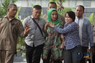 Usai Terjaring OTT, Istri Gubernur Bengkulu Tiba di KPK