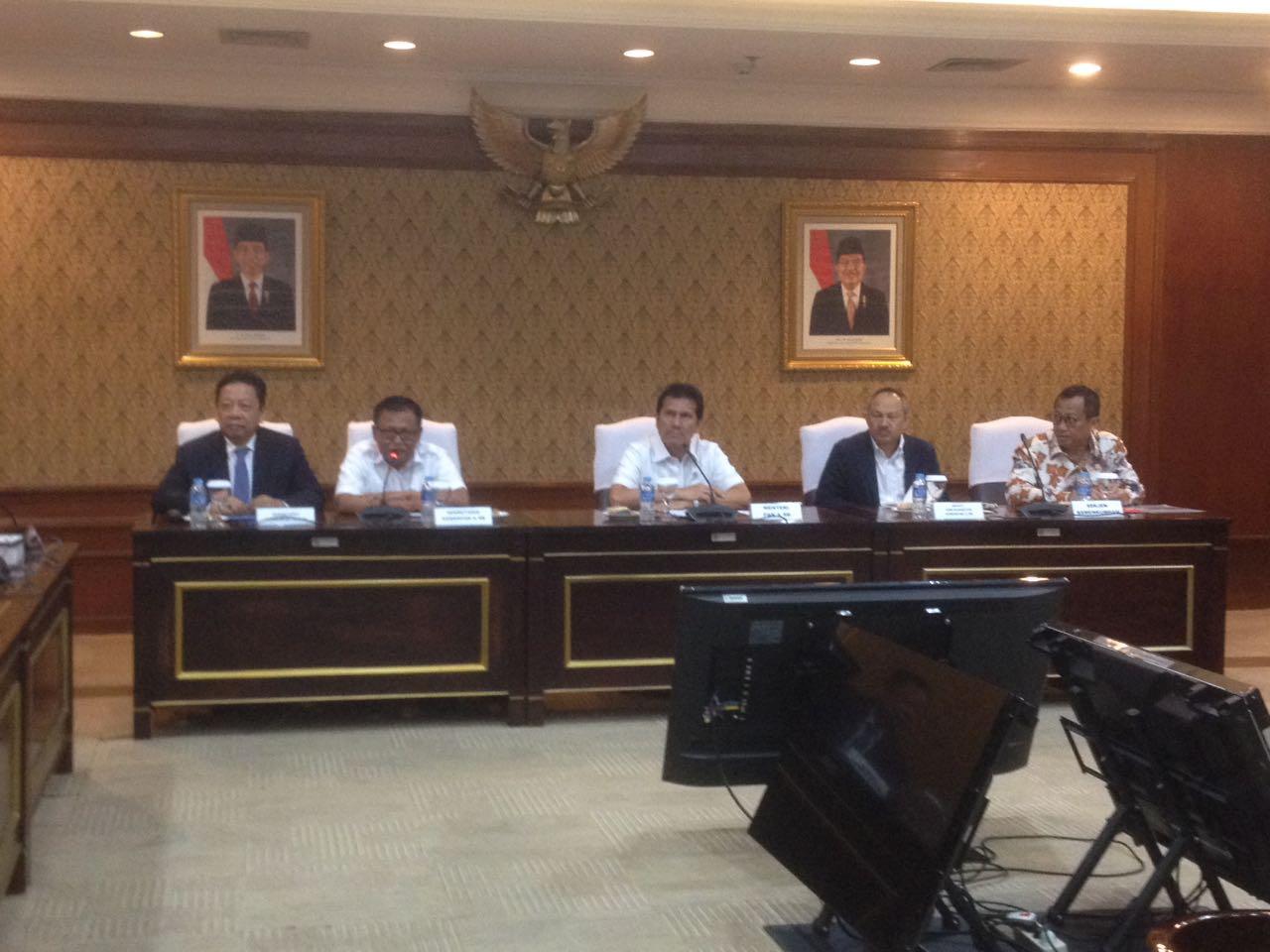 Menpan dan RB Asman Abnur saat konperensi pers pengumuman penerimaan CPNS MA untuk calon hakim dan CPNS Kemenkumham di Gedung Kemenpan-RB Jakarta, Selasa (11/07). Foto: AID