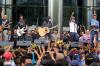 Aksi grup band Slank saat menggelar konser dukungan terhadap KPK di halaman Gedung KPK, Jakarta, Kamis (13/7).