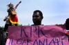 Massa yang tergabung dalam Komunitas Masyarakat Adat Papua Anti Korupsi (Kampak) melakukan aksi unjuk rasa di depan gedung KPK, Jakarta, Senin (17/7). Dalam aksinya mereka meminta KPK mengusut kasus dugaan korupsi di Kabupaten Raja Ampat, Papua Barat.