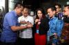 Dari kiri: Ketua Serikat Pekerja Jakarta International Container Terminal (JICT) Nova Sofyan Hakim, Ketua Komisi Pemberantasan Korupsi (KPK) Agus Rahardjo dan Ketua Pansus Angket Pelindo II Rike Diah Pitaloka bersama dengan anggota angket pelindo II lainnya menemui pekerja JICT yang sedang berunjuk rasa usai menyerahkan laporan di gedung KPK, Jakarta, Senin (17/7). Kedatangan perwakilan Pansus angket Pelindo II ke markas lembaga antirasuah itu untuk menyerahkan laporan audit hasil investigatif BPK terhadap Pelindo II yang diperkirakan merugikan keuangan negara hingga Rp 4 Triliun.