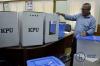 Ketua Komisi Pemilihan Umum Republik Indonesia (KPU) Arief Budiman saat merilis desain kotak suara yang baru di kantor KPU Pusat di Jakarta, Senin (7/8).