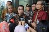 Ketua Unit Kerja Presiden Pembinaan Ideologi Pancasila (UKP-PIP) Yudi Latif (tengah) didampingi rohaniawan yang juga pengamat sosial Romo Benny Susetyo (kedua kiri) dan Wakil Ketua KPK Alexander Marwata (kedua kanan) memberikan keterangan kepada wartawan seusai melakukan pertemuan di Jakarta, Rabu (9/8).