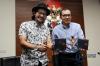 Ketua KPK Saut Situmorang bersama dengan musisi Sandy Canester saat memberikan keterangan kepada awak media mengenai akan digelarnya  Festival Lagu Suara Antikorupsi pada tahun ini, Jakarta, Jumat (11/8).