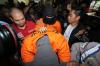 Penyanyi Marcello Tahitoe atau Ello bersama rekannya dihadirkan petugas Satuan Narkoba Polres Selatan saat akan menggelar konferensi pers terkait dugaan kepemilikan ganja di Jakarta, Jumat (11/8).